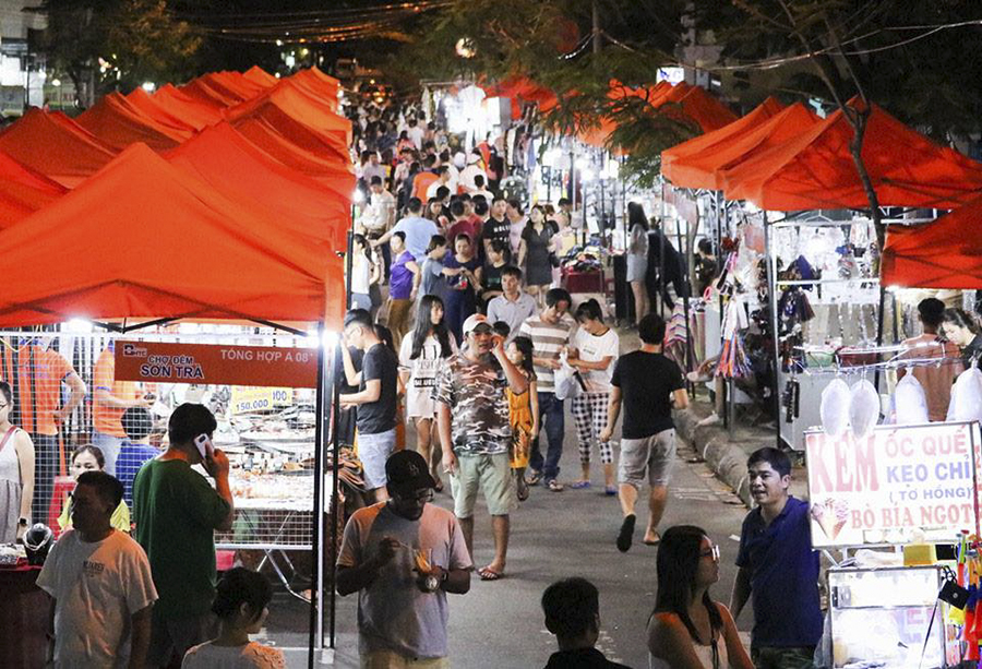 son tra market at da nang night time